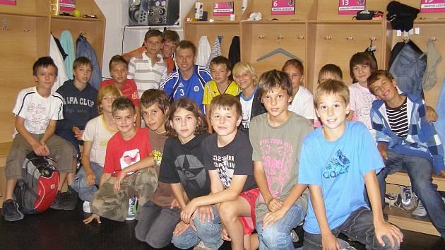 Kapitán SK Dynamo České Budějovice David Horejš přivítal v kabině A týmu malé fotbalisty