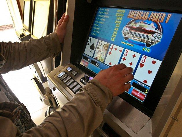 Před přepadením barmanky hrála žena automaty.