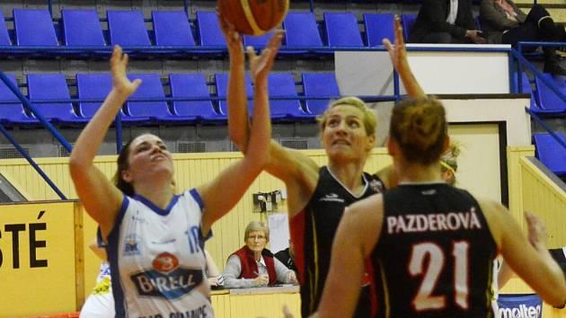 MÁM HO. Strakonická Jitka Musilová bojuje o míč s dlouhánkami Hradce Králové Josipou Buraovou (uprostřed) a Lenkou Pazderovou. V ligovém duelu Strakonice prohrály 53:111.