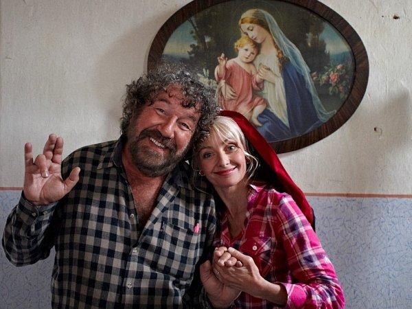 Do kin přijde 20.února komedie Babovřesky 2, kterou Zdeněk Troška natáčel loni vjižních Čechách, stejně jako první díl. Na snímku režisér a Veronika Žilková.
