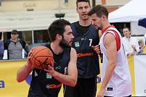 Basketbalista Roman Zachrla (s míčem) při hře 3x3.