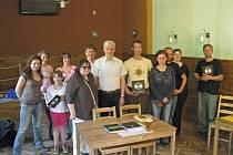 Věra Kociánová (čtvrtá zprava) s přáteli při křtu pohádek.