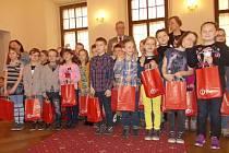 Pro odměnu na radnici dorazili všichni vítězové soutěže, kterou vyhlásil odbor památkové péče magistrátu společně s Národním památkovým ústavem. Na fotografii žáci z 2. A Základní školy Máj I, kteří získali první místo ve výtvarné kategorii do 12 let.