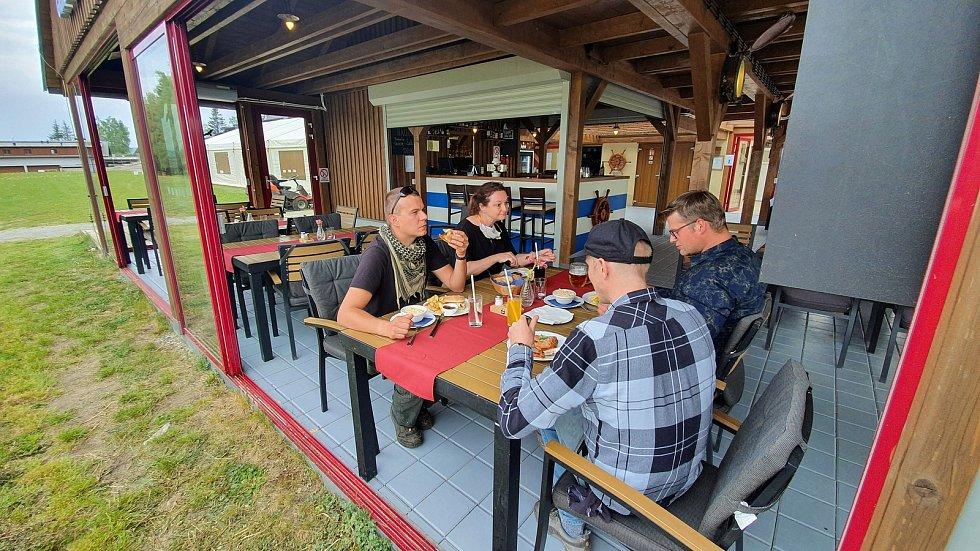 Poobědvat na čerstvém vzduchu na přehu Lipna už je zase možné. Například v hotelu Relax v Dolní Vltavici.