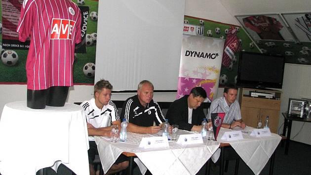 Na tiskové besedě k nedělní ligové premiéře Dynama s Jabloncem (17.00), hovořili (zleva) kapitán mužstva David Horejš, trenér Pavel Tobiáš, generální manažer Jiří Kotrba a obchodní manažer Radim Šupka.