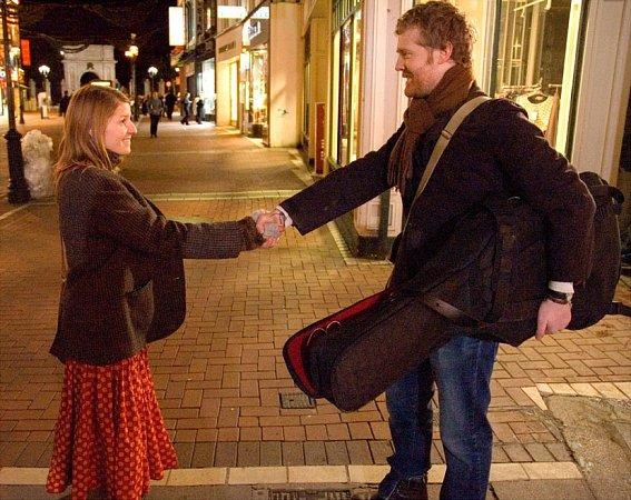 Glen Hansard a Markéta Irglová ve filmu Once, kde zazněla písnička Falling Slowly, za níž oba dostali cenu Oscar.