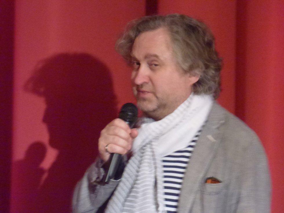 Režisér Jan Hřebejk představil svůj nový film Rodinný přítel v českobudějovickém multikině Cinestar. Po předpremiéře promluvil s diváky a spolu s ním i malí představitelé dětských rolí.