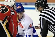 CHVILKA NAPĚTÍ. Druhá hokejová liga graduje a kvalita soupeřů roste. David Kellner zkřížil při úvodním buly hole s jabloneckým Kadeřábkem. To bylo ve čtvrtfinále. Nyní čeká táborské hokejisty finálová série s HC Řisuty.
