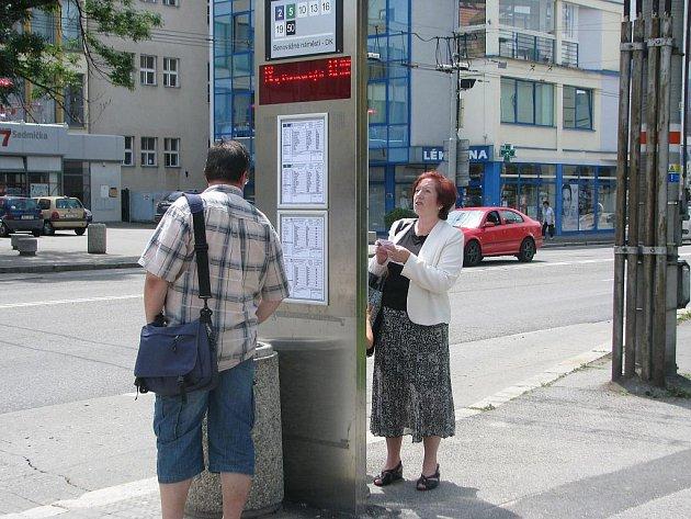 Pondělí bylo prvním pracovním dnem, kdy českobudějovická městská hromadná doprava jezdila podle nových jízdních řádů. Mnoho lidí je proto na zastávkách pečlivě studovalo.