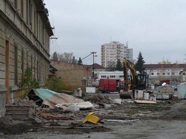 Demolice bývalých kasáren na křižovatce ulic Nádražní a Jírovcova.