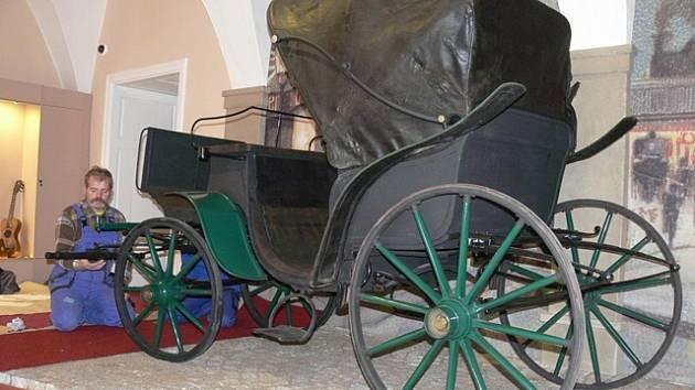 Kočár v nové expozici věnované Emě Destinnové v Muzeu Jindřichohradecka