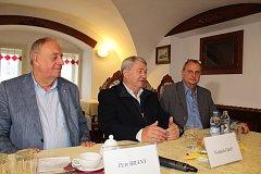 Plány KSČM přiblížili (zleva) lídr kandidátky Petr Braný, místopředseda Poslanecké sněmovny a kandidát do komunálních voleb Vojtěch Filip a kandidát do Senátu Richard Schötz.