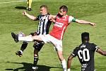 Marko Alvir dal v nedělním střetnutí Dynama s Pardubicemi ve 31. kole I. ligy důležitý vedoucí gól (na snímku bojuje s kapitánem Pardubic Janem Jeřábkem): Dynamo nakonec vyhrálo 2:0.
