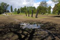 Takto vypadal park u Sportovní haly po majálesu. V době pátečního předání byla situace neporovnatelně lepší.