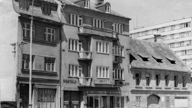 KDYSI: Někdejší sídla firem Škácha – váhy a Čutka –  rolety na Pražské třídě před rokem 1976.