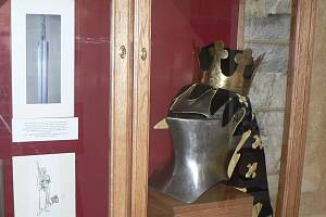 Repliku přilbice z časů krále Přemysla Otakara II. lze nyní vidět na výstavě v klášteře na Piaristickém náměstí.