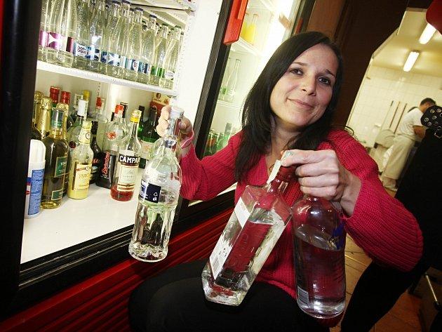Po vyhlášení prohibice začaly restaurace stahovat tvrdý alkohol z nabídky.