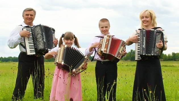 Renáta a Josef Pospíšilovi hrají se svými dětmi.