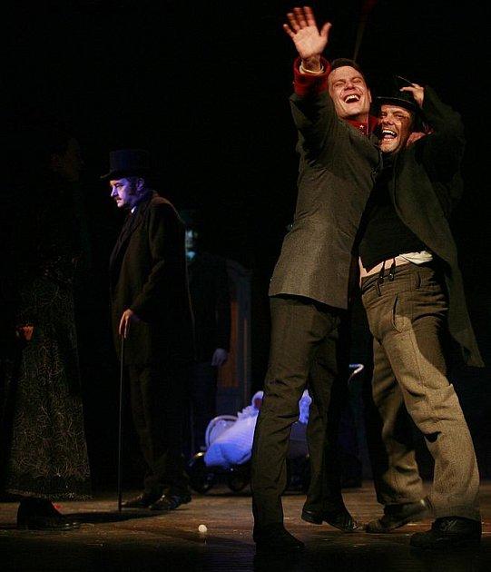 Role syfilitika Pavla Maliny v Petrolejových lampách přinesla 32letému herci Ondřeji Veselému (vlevo)  z Jihočeského divadla širší nominaci na Cenu Thálie. Na snímku s Romanem Nevěčným, který v dramatu ztvárnil Machoně trpícího stejnou nemocí.