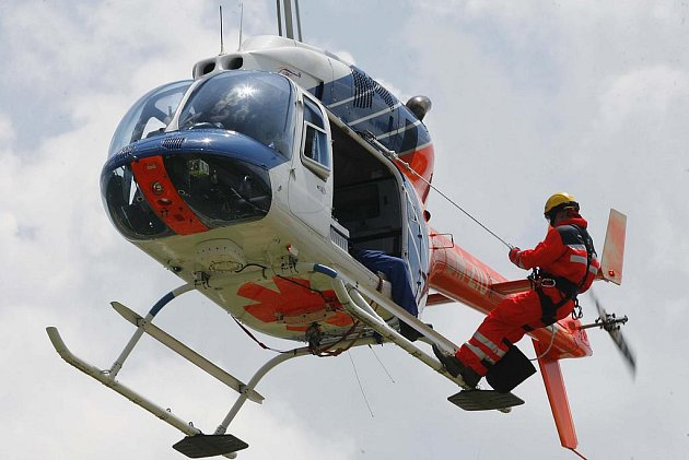 Záchranáři nacvičovali záchranu zraněných ze vzduchu.