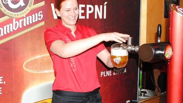 Vítězka regionální soutěže v servírování piva se kolem pípy točí teprve rok.