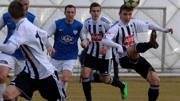 Jediný gól v derby Dynama s Táborskem (1:0) dal budějovický Zdeněk Linhart (vpravo), zleva jsou Šiml, Šimák a J. Hála.