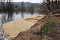 V Boršově nad Vltavou upravili pro lidi písečnou pláž.