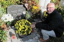 Na svého kamaráda herce Petra Hanuse nikdy nezapomene dramaturg Jihočeského divadla František Řihout. U jeho hrobu se občas zastaví a vzpomíná.