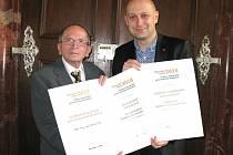 Za dlouholetý přínos pro české pivovarnictví získal výroční cenu docent Jan Šavel,  vedoucí výzkumu a vývoje Budějovického Budvaru (vlevo). V kategorii Pivovar s výstavem nad 500 000 hektolitrů  získal stejné ocenění Adam Brož, sládek BB.