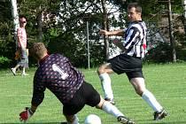 Ledenický Jan Pavlík pod padajícím brankářem Jenknerem střílí první gól fotbalistů Ledenic, kteří v derby dvou aspirantů postupu rozdrtili hosty z Borovan vysoko 5:0.