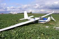 Větroň Blaník OK 2720, v němž v sobotu zahynul krátce po startu na hosínském letišti u Českých Budějovic šestašedesátiletý pilot.  Druhý z posádky, dvaačtyřicetiletý instruktor, byl převezen na traumatologii nemocnice v Českých Budějovicích.