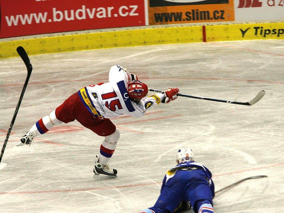 Obránce HC Mountfield Lukáš Poživil právě střílí jedinou branku pohárového zápasu s Chomutovem.