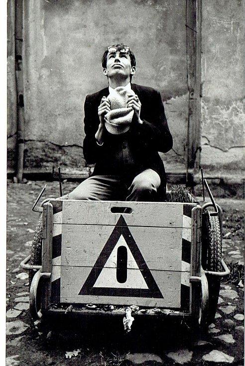 Můj přítel, později slavný umělecký fotograf Josef Ptáček mě na podzim 1966 fotografoval na Piaristickém náměstí v Českých Budějovicích.