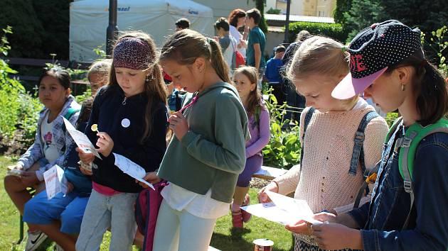 Děti se bavily i vzdělávaly na festivalu v knihovně  Na Festivalu dětských knih, časopisů a her v Jihočeské vědecké knihovně v Českých Budějovicích si v pátek děti vyzkoušely i knihovnické dovednosti.