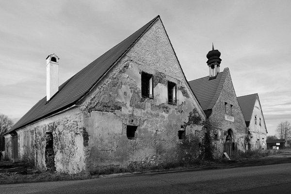 2012. Dnes má bývalá přepřažní stanice koněspřežky vHolkově novou střechu, stavebně  je zachráněna. Rozpadá se ale protilehlá budova stájí.