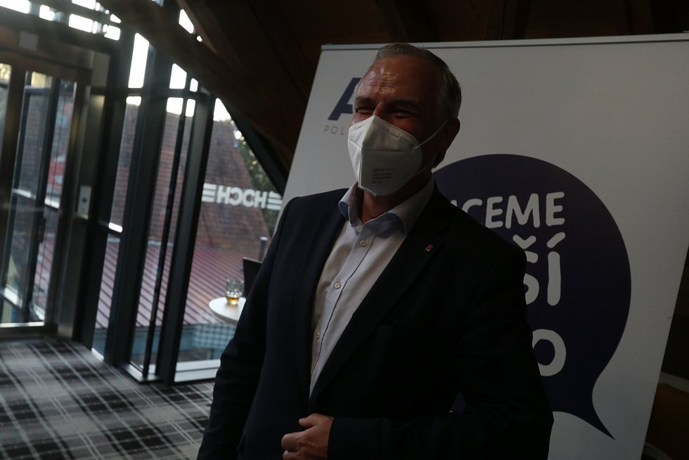 Volební štáb hnutí ANO v českobudějovické restauraci Špalíček. Na snímku je lídr František Konečný.