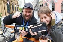 Páteční úvodní zápas mistrovství, v němž se střetli Češi a Rusové, hosté budějovických restaurací sledovali na zahrádkách prostřednictvím mobilních telefonů.