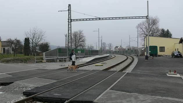 Na čerstvě zrekonstruované nádraží v Nové Vsi zatím vlaky nepřijíždějí. Trať z Českých Budějovic do Českých Velenic má totiž stále výluku. Cestující přecházejí koleje v místech, kudy železnici přejíždějí i automobily.