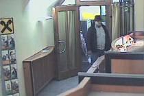 Pachatel listopadového loupežného přepadení při vstupu do banky.