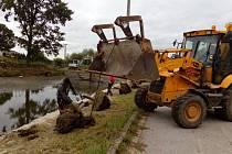 U rybníka Lazna v Kamenném Újezdu se také přesouvala svodidla blíže k silnici.