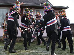 Unikátní šavlová koleda, jediná svého druhu, se dochovala na Novohradsku. Koledníci při ní musí zvládnout i efektní a technicky náročný tanec se šavlemi. Snímky z osady Vyšné.