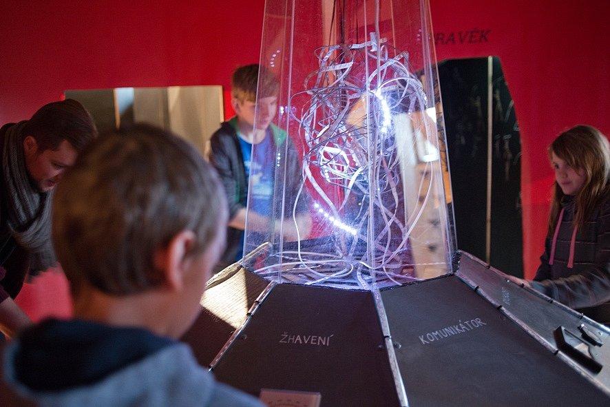 Písecká galerie Sladovna nabízí do 26. dubna rodinně zaměřenou výstavu Stroj času.