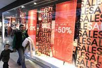 V Českých Budějovicích začaly povánoční výprodeje. Obchody měly hned po svátcích plno.