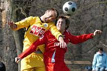 Borislav Simič v minulém domácím duelu juniorky Dynama s Pardubicemi bojuje s hostujícím Brychtou.