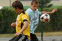 Ve finále turnaje v Soběslavi fotbalisté S. Ústí vyhráli s juniorkou Dynama 1:0 (na snímku vpravo Tomáš Mašek bojuje s budějovickým Františkem Bambulem).