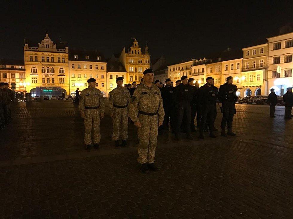 Nácvik slavnostního aktu na českobudějovickém náměstí lidé mohli vidět už ve čtvrtek po setmění.