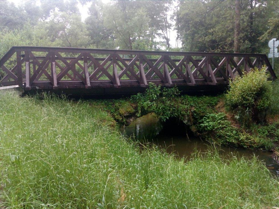 Po deštích v noci na neděli 18. 7. 2021 stoupaly hladiny vodních toků v Novohradských horách. Na snímku Svinenský potok pod historickým mostkem v Pěčíně.