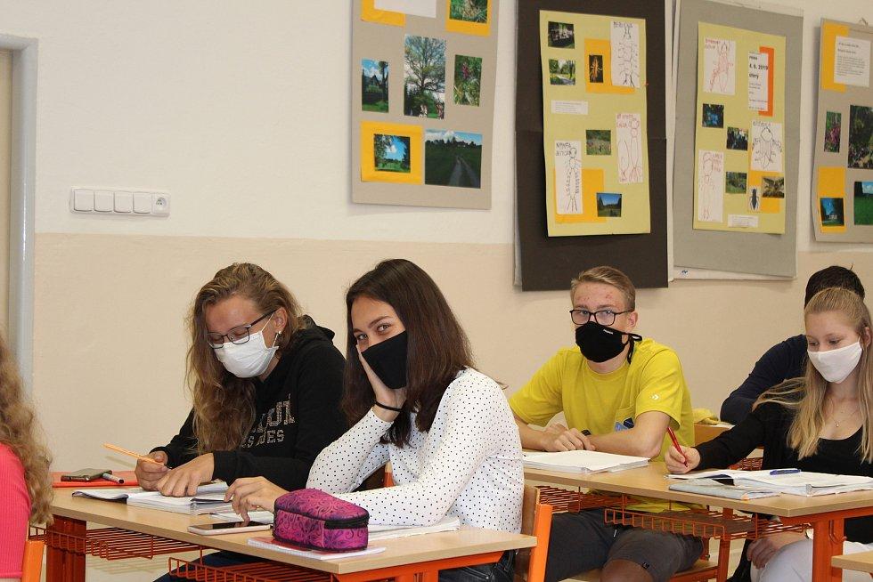 Studenti gymnázia v rouškách. Ilustrační snímek