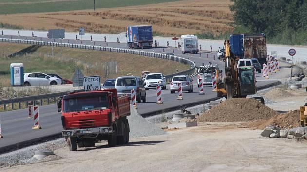 Na snímku je stavba dálničního úseku D3 u Chotýčan. Poblíž obce má vzniknout středně velká oboustranná odpočívka.