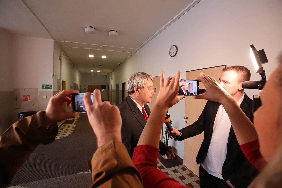 Předseda komunistů Vojtěch Filip přišel volit do ZŠ Bezdrevské v Českých Budějovicích.